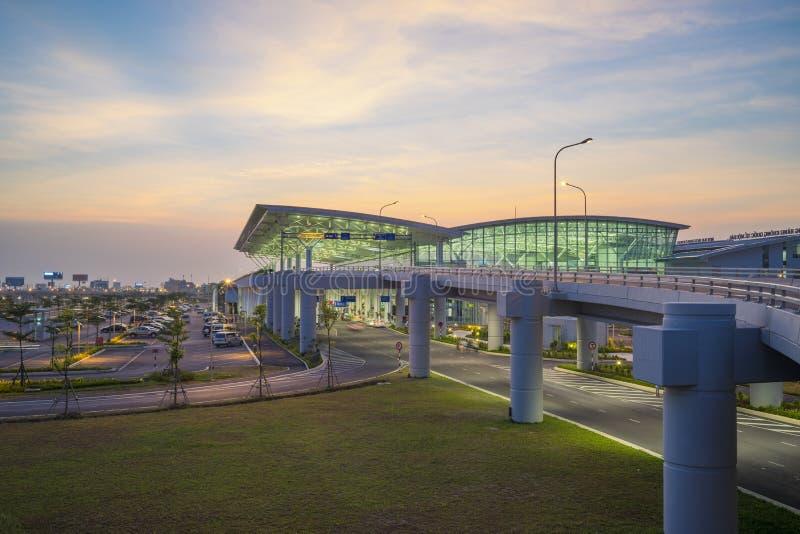 Hanoi, Vietnam - Juli 12, 2015: Brede mening van Noi Bai International Airport bij schemering, de grootste luchthaven in noordeli stock foto's