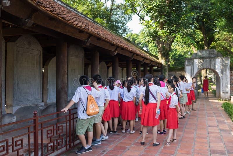 Hanoi, Vietnam - Juli 24, 2016: De Vietnamese leerlingen bezoeken Tempel van Literatuur, de eerste nationale universiteit in Hano royalty-vrije stock foto
