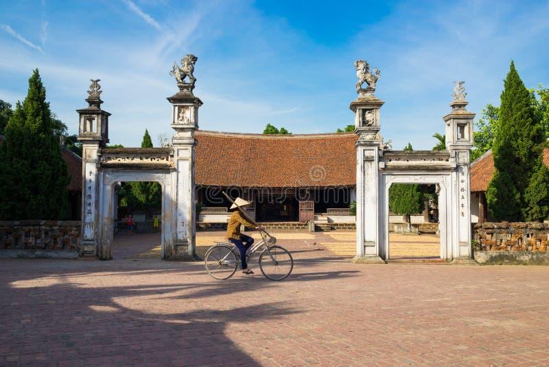 Hanoi Vietnam - Juli 17, 2016: Främre yttre sikt av Mong Phu det kollektiva huset, en nationell relik i Duong Lam den forntida by arkivbild