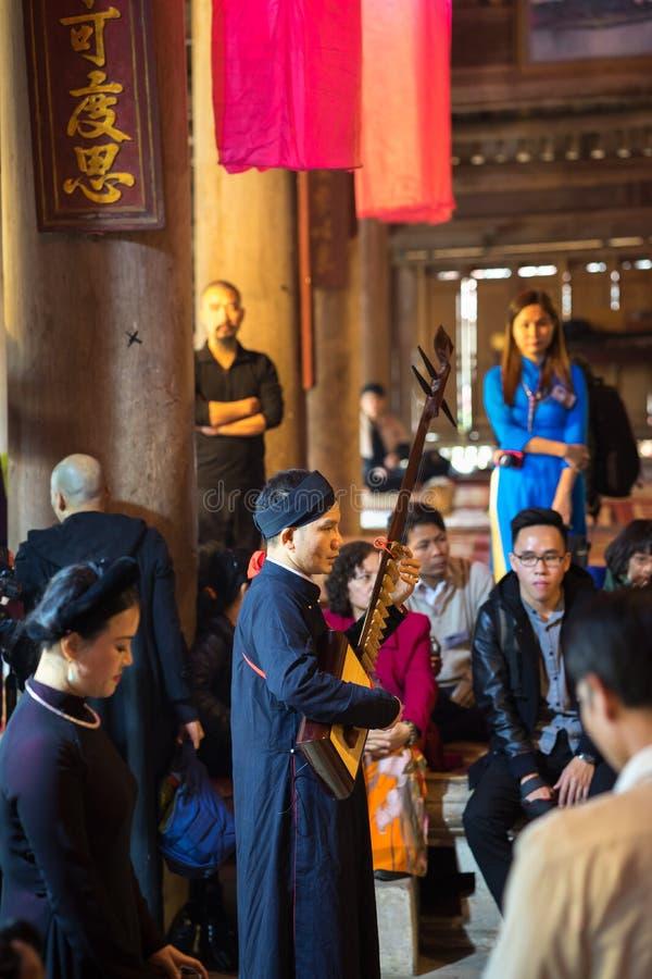 Hanoi, Vietnam - Jun 22, 2017: Band van Traditionele volkszangers in communaal huis bij zo dorp, het district van Quoc Oai royalty-vrije stock afbeeldingen