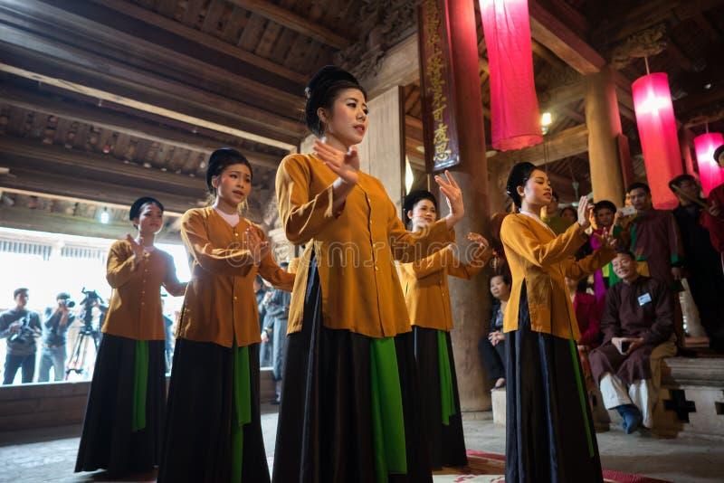 Hanoi Vietnam - Juni 22, 2017: Dansare som så dansar med traditionell folkmusik i kollektivt hus på byn, Quoc Oai område fotografering för bildbyråer
