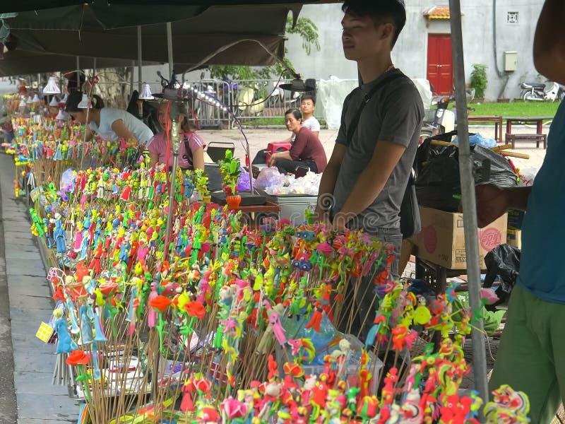 HANOI VIETNAM - JUNI 26, 2017: nära upp av till salu konstgjorda blommor på en marknad i hanoi arkivbild