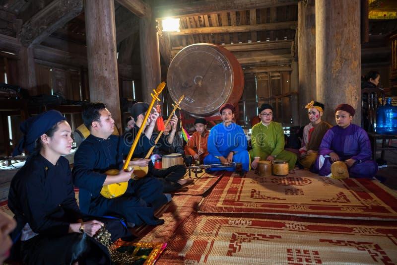 Hanoi Vietnam - Juni 22, 2017: Traditionell folk sångare som så utför en folklåt i kollektivt hus på byn, Quoc Oai område royaltyfri foto