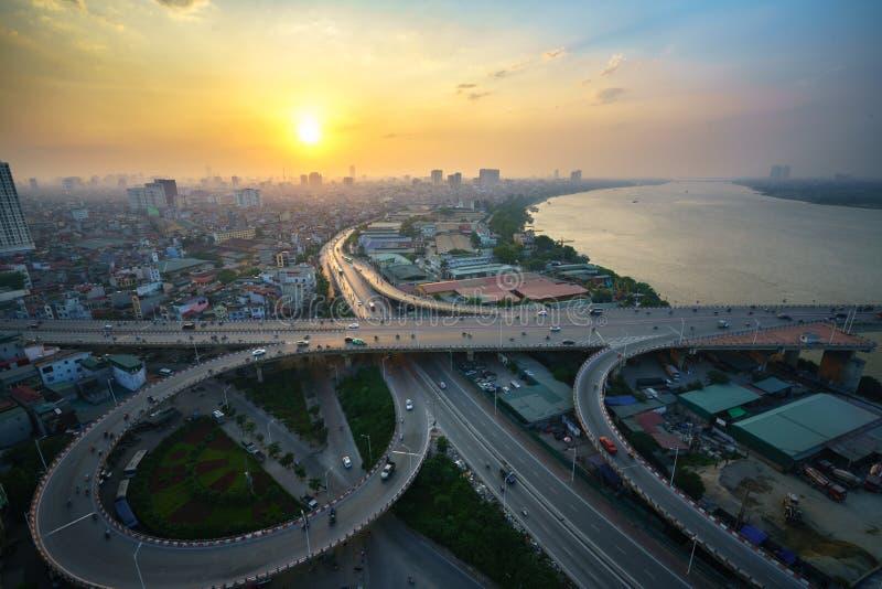 Hanoi, Vietnam - 5. Juni 2017: Vogelperspektive von Hanoi-Stadtbild bis zum Dämmerungszeitraum, mit Straßenkreuzung und Austausch stockfotos