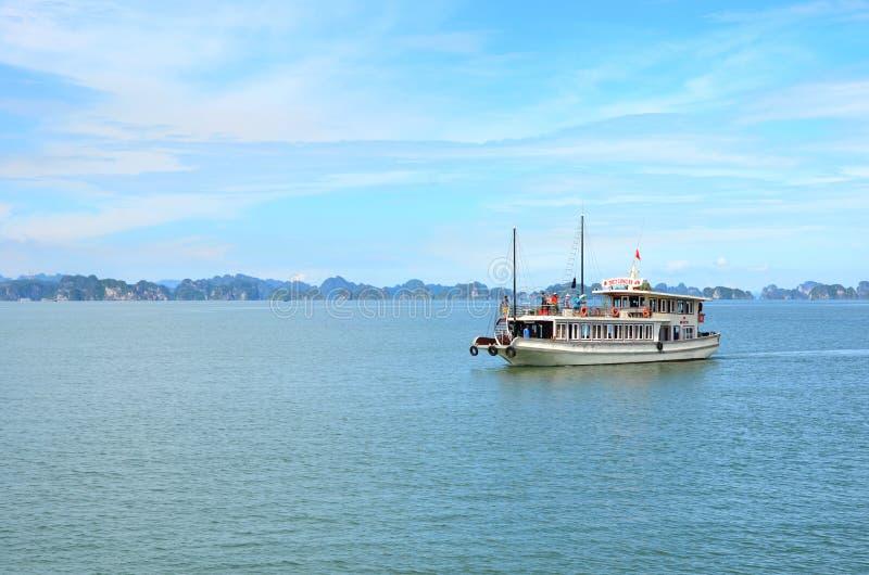 HANOI, VIETNAM - JUNIO DE 2016: Barco de cruceros largo de la bahía de la ha fotografía de archivo libre de regalías