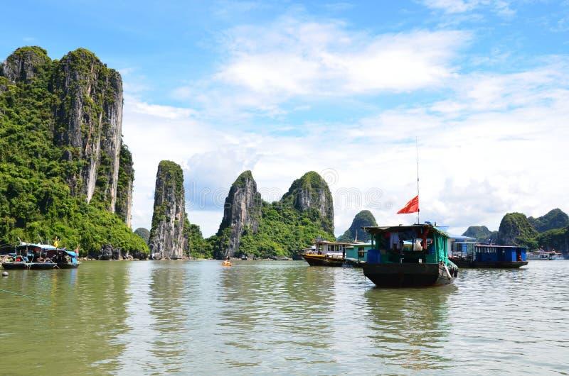 HANOI, VIETNAM - JUNIO DE 2016: La bahía larga de la ha es un sitio del patrimonio mundial de la UNESCO imagen de archivo