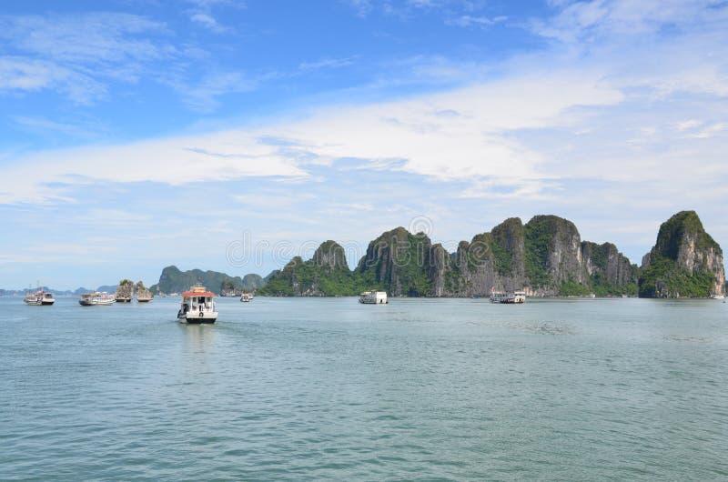 HANOI, VIETNAM - JUNIO DE 2016: La bahía larga de la ha es un sitio del patrimonio mundial de la UNESCO imágenes de archivo libres de regalías
