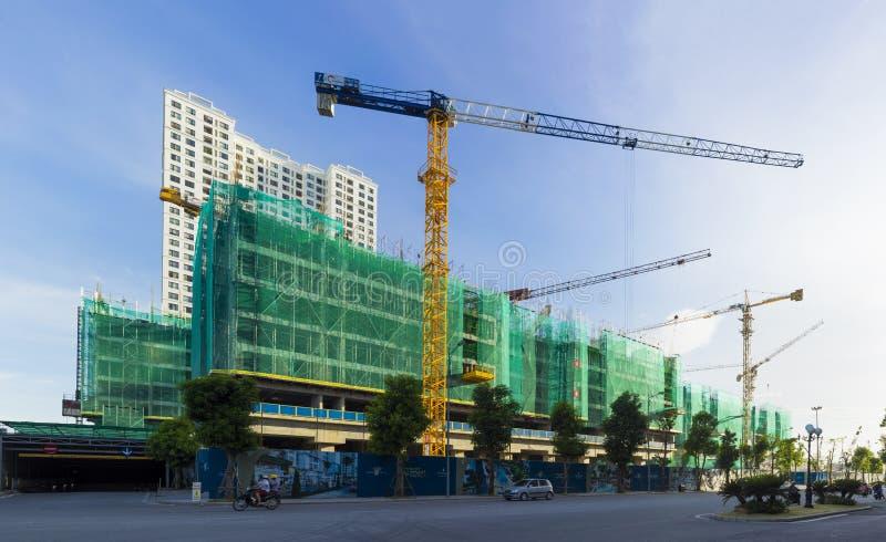 Hanoi, Vietnam - 22 luglio 2015: Delle costruzioni città in costruzione a volte, via di Minh Khai immagine stock