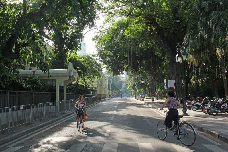Hanoi, Vietnam - luglio 05,2019: La gente sta guidando le biciclette di mattina immagini stock