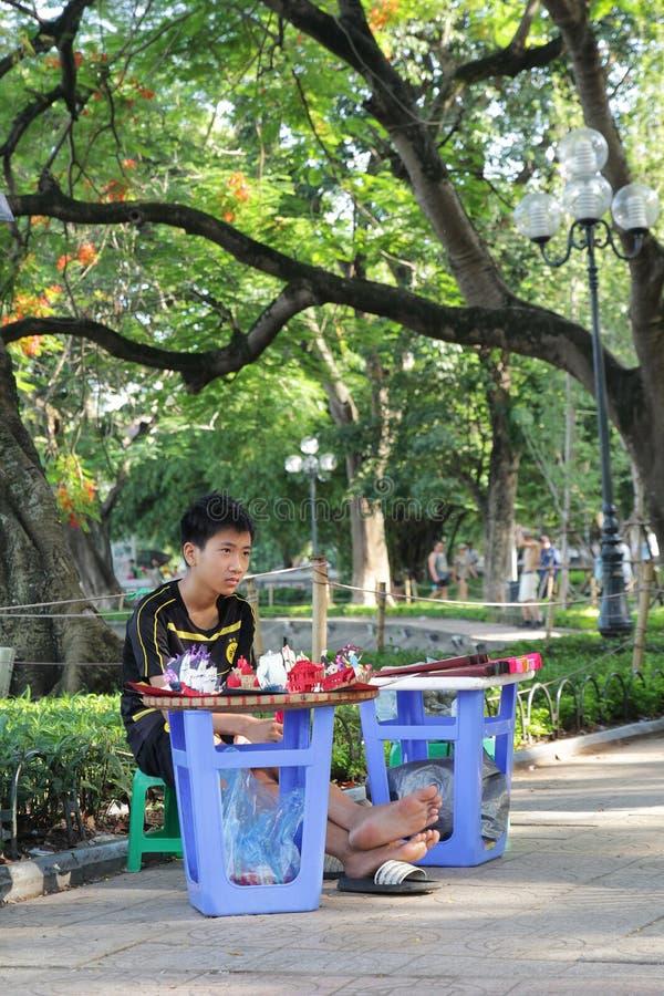 Hanoi, Vietnam - luglio 05,2019: Un ragazzo sta vendendo i giocattoli nella via fotografia stock libera da diritti