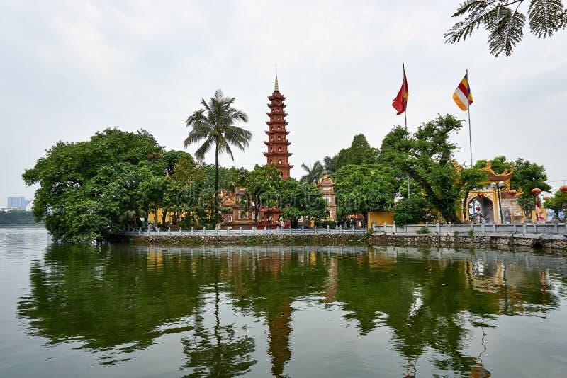 Hanoi, Vietnam - MAI 01, 2019: La gente visita Tran Quoc Pagoda sul lago ad ovest il più vecchio tempio buddista a Hanoi fotografie stock
