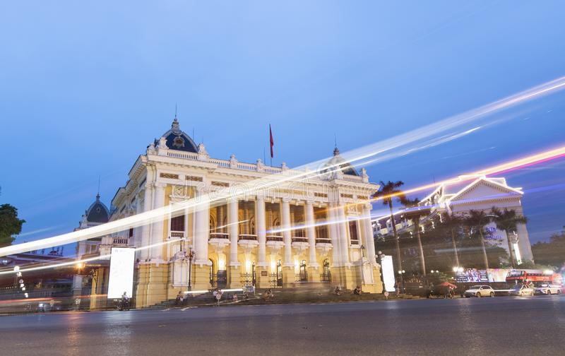 Hanoi Vietnam - Maj 2019: aftonsikt av stadsoperahuset med trafikljus royaltyfri fotografi
