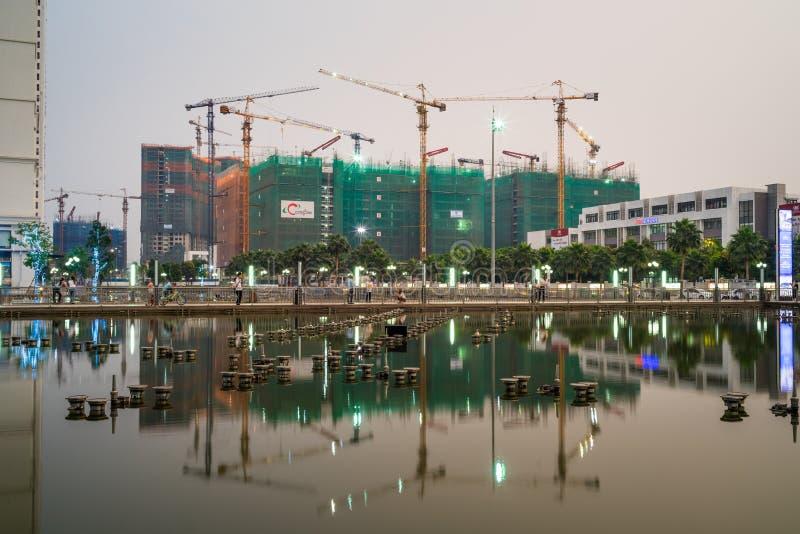 Hanoi Vietnam - Maj 10, 2016: Under konstruktionsbyggnader med reflexion i stad för skymningperiod tidvis Minh Khai gata arkivbilder
