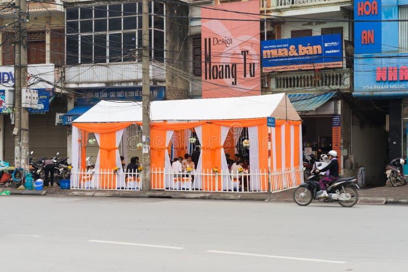 Hanoi Vietnam - Mars 15, 2015: Ett brölloprum organiserade rätt på gatan i den Pham Ngoc Thach gatan Tack vare bristen av fritt u royaltyfri bild