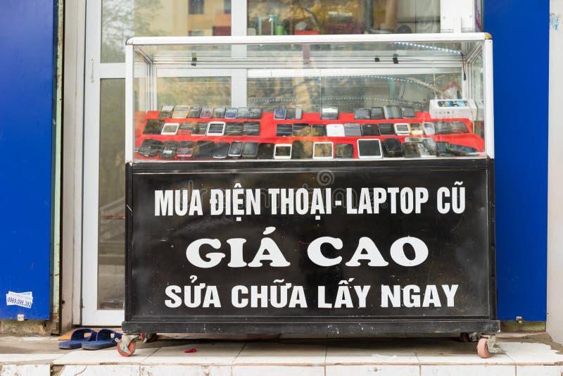 Hanoi Vietnam - Mars 15, 2015: Främre sikt av reparationen och underhåll av mobil enhetlagret på den Hanoi gatan arkivbild
