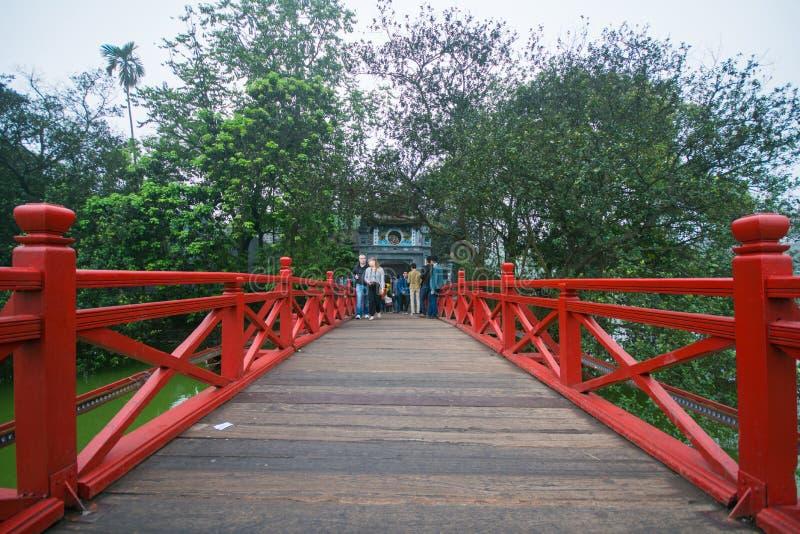 Hanoi Vietnam Mars 13:: Ho Hoan Kiem eller den Huc bron på Ngoc S royaltyfri foto