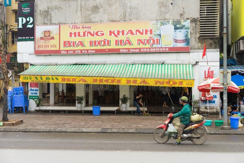 Hanoi Vietnam - Mars 15, 2015: Yttre främre sikt av en Hanoi ölrestaurang, innan att öppna tid i gata för Xa Dan arkivbild