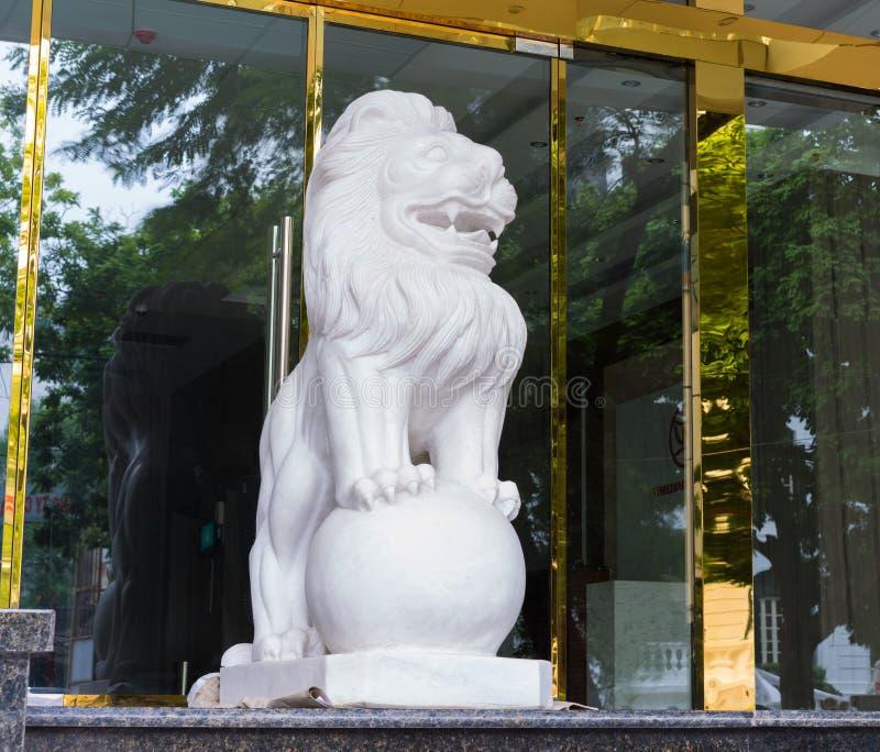 Hanoi, Vietnam - 16 Nov., 2014: Steenleeuw, het dier op ingang van de bedrijfsbouw in oosterse cultuur gewoonlijk wordt gezien di stock afbeeldingen