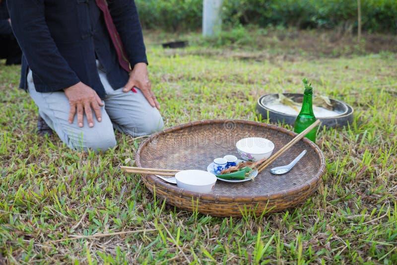 Hanoi, Vietnam - 15. November 2015: Das Angebot wendet für betendes Zeremoniell des traditionellen Regens im Dorf von vietnamesis lizenzfreie stockbilder