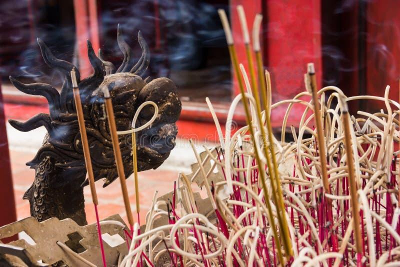 Hanoi, Vietnam - Oktober 21, 2017: gedetailleerd decoratief patroon van draakjoss de pot van de stokwierook binnen de Tempel van  royalty-vrije stock fotografie