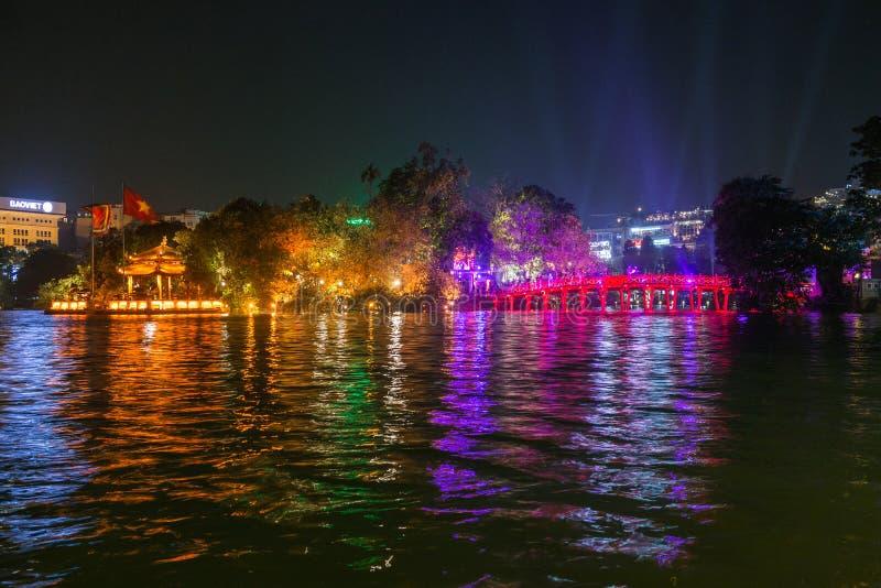 HANOI, VIETNAM, - 10 OTTOBRE 2016: Vista di notte del ponte di Huc immagine stock