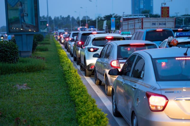Hanoi, Vietnam - 4 Sep, 2016: Auto's op stedelijke straat in opstopping bij schemering in de straat van Co Linh, Lang Bien-distri royalty-vrije stock foto
