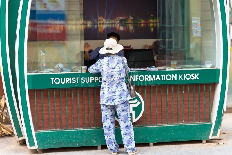 Hanoi, Vietnam - 2 Sep, 2016: De vrouw vraagt om informatie op informatiepunt over de straat van Le Thach royalty-vrije stock foto's