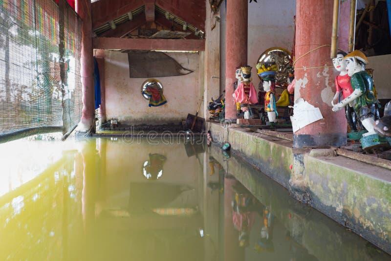 Hanoi, Vietnam - 20 Sep, 2015: Gemeenschappelijke Vietnamese watermarionetten achter puppetry staat in Dao Thuc-dorp De controlek royalty-vrije stock foto's
