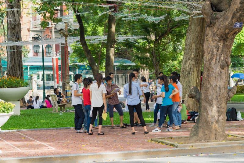 Hanoi, Vietnam - 3 Sep, 2015: Groep studenten die openlucht bij park in Hanoi leren royalty-vrije stock foto's