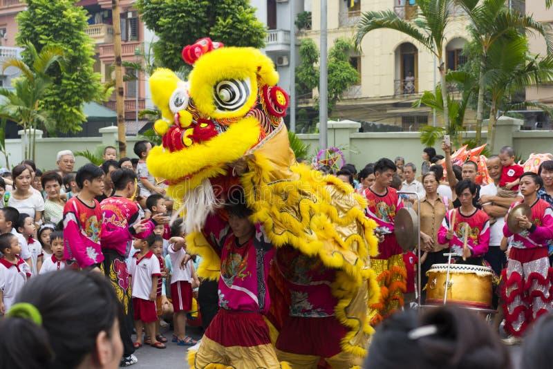 Hanoi, Vietnam - Sept. 8, 2014: Eine Show des Drache- und Löwetanzes führte am mittleren Herbstfestival manchmal Stadt-Mondkomple stockfotografie