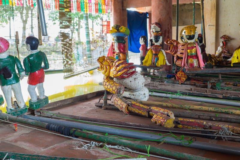 Hanoi, Vietnam - 20. September 2015: Allgemeine vietnamesische Wassermarionetten hinter Puppetryzustand in Dao Thuc-Dorf Die Leit lizenzfreie stockfotografie