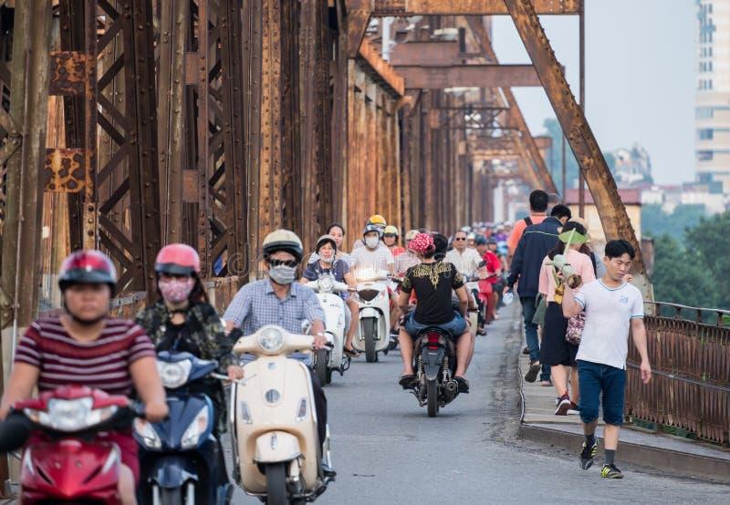 Hanoi Vietnam: September 10 2017: Vietnamesiska rida motorcyklar med trafikstockning som trängas ihop på bron royaltyfria foton