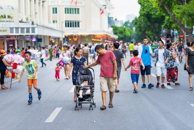 Hanoi, Vietnam - 2 settembre 2016: La gente che cammina su Dinh Tien Hoang, la via di camminata dal lago Hoan Kiem, centro di Han fotografia stock libera da diritti