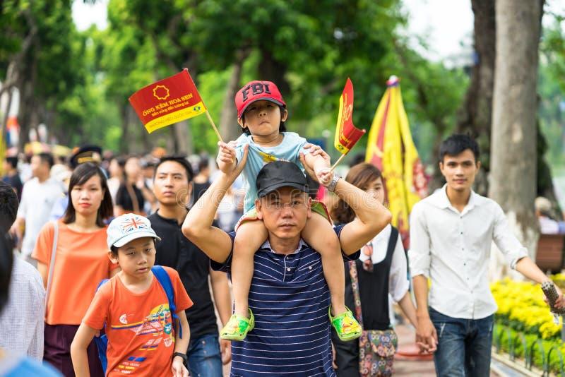 Hanoi, Vietnam - 2 settembre 2016: La gente che cammina su Dinh Tien Hoang, la via di camminata dal lago Hoan Kiem, centro di Han immagini stock libere da diritti