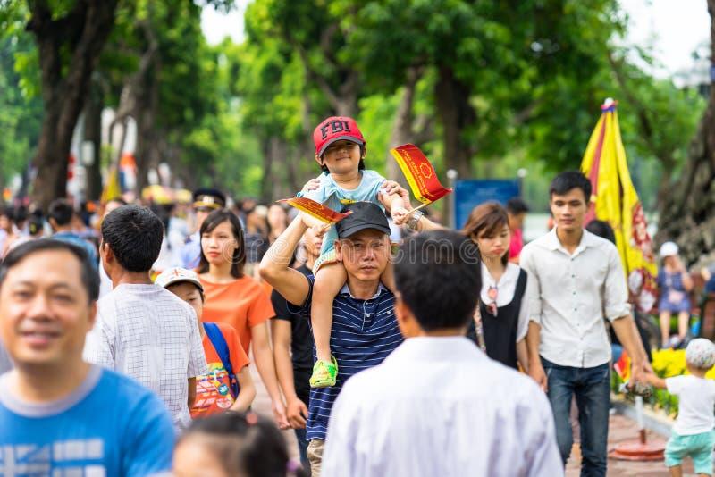 Hanoi, Vietnam - 2 settembre 2016: La gente che cammina su Dinh Tien Hoang, la via di camminata dal lago Hoan Kiem, centro di Han fotografia stock