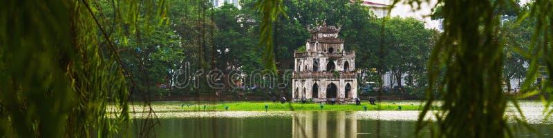 Hanoi, Vietnam Torre de la tortuga en el lago Hoan Kiem imagenes de archivo