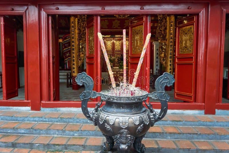 Hanoi, Vietname - 30 de abril de 2019: Templo de Jade Mountain no lago Hoan Kiem em Hanoi central imagens de stock royalty free