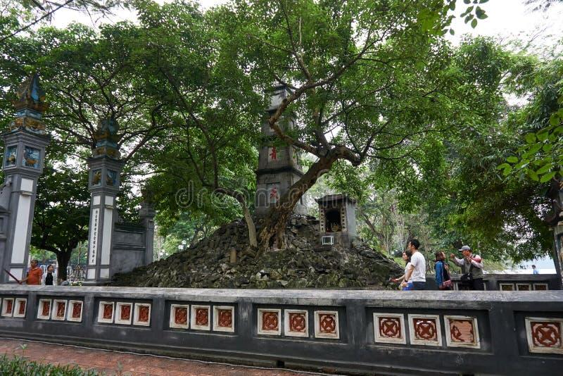 Hanoi, Vietname - 30 de abril de 2019: Templo de Jade Mountain no lago Hoan Kiem em Hanoi central imagem de stock