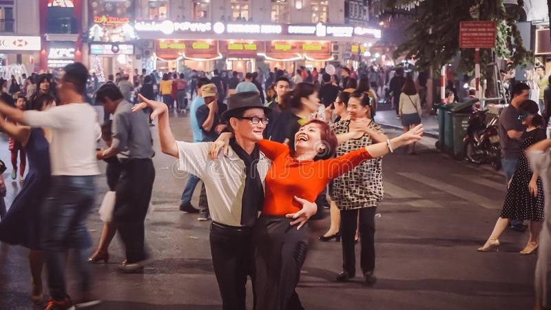 Hanoi, Vietname - 3 de dezembro de 2016: Dança dos pares da rua em Hanoi Dança vietnamiana do homem e da mulher e para exultar mu fotos de stock