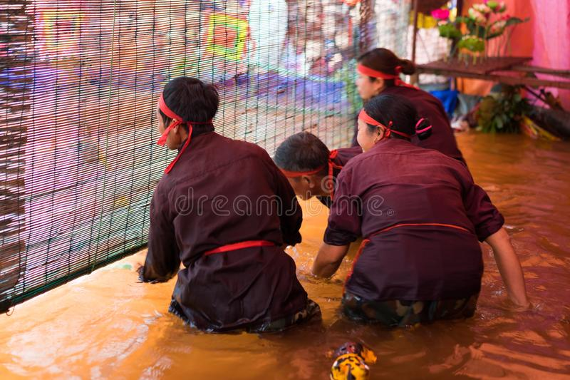 Hanoi, Vietname - 7 de fevereiro de 2015: Apresentadores de marionetas que escondem atrás das cortinas na sala escura executar um fotos de stock