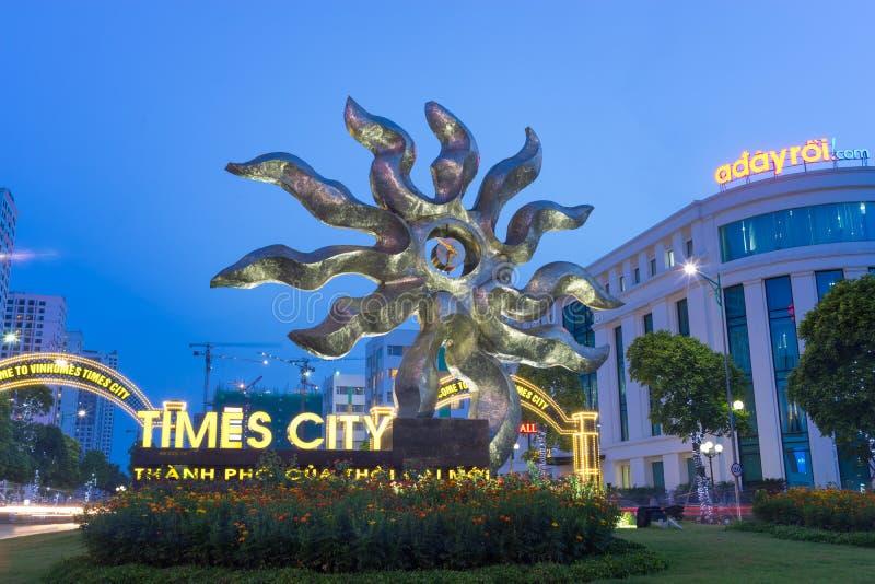 Hanoi, Vietname - 19 de julho de 2016: A entrada a Vincom que a alameda mega cronometra a cidade, o complexo o maior no sul de Ha foto de stock royalty free
