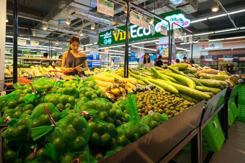 Hanoi, Vietname - 10 de julho de 2017: Vegetais orgânicos na prateleira no supermercado de Vinmart, rua de Minh Khai fotografia de stock royalty free
