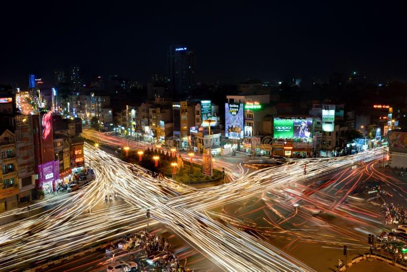 Hanoi, Vietname - 15 de maio de 2016: O sinal arrasta na noite em st de Ton Duc Thang da interseção - st de Nguyen Luong Bang - o imagens de stock