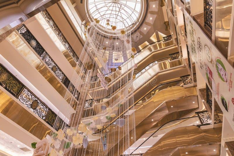 HANOI, VIETNAME - 8 DE MARÇO DE 2017 O interior de um shopping luxuoso Trang Tien Plaza fotografia de stock royalty free