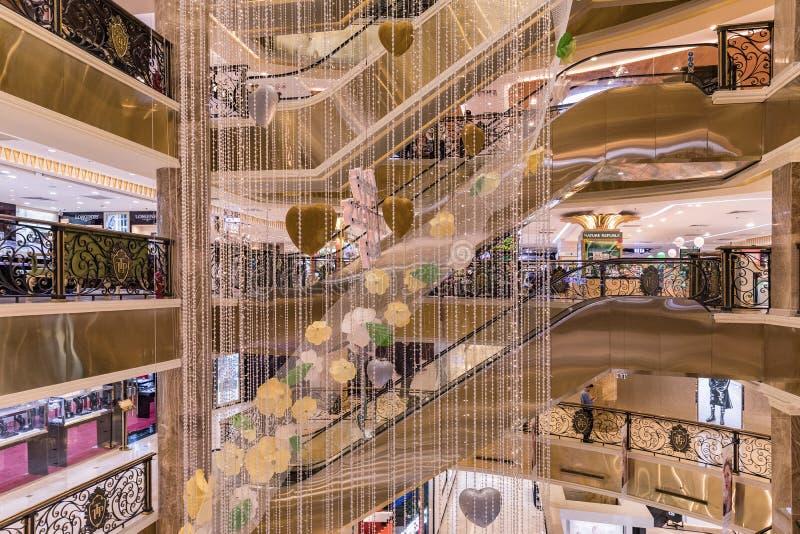HANOI, VIETNAME - 8 DE MARÇO DE 2017 O interior de um shopping luxuoso Trang Tien Plaza foto de stock royalty free