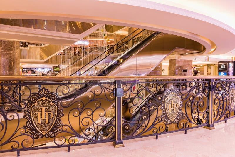 HANOI, VIETNAME - 8 DE MARÇO DE 2017 O interior de um shopping luxuoso Trang Tien Plaza imagens de stock