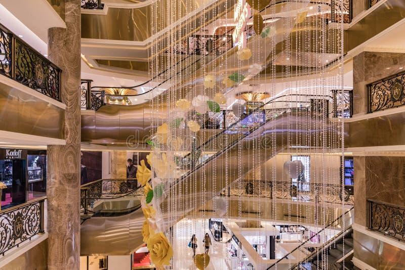HANOI, VIETNAME - 8 DE MARÇO DE 2017 O interior de um shopping luxuoso Trang Tien Plaza imagem de stock royalty free