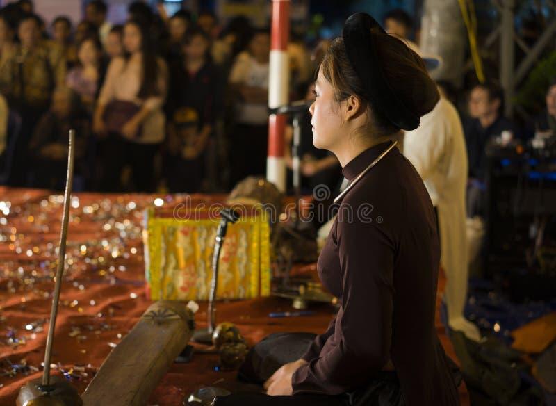 Hanoi, Vietname - 2 de novembro de 2014: O retrato lateral do artista vietnamiano executa a música folk e a música em st do milia imagem de stock royalty free