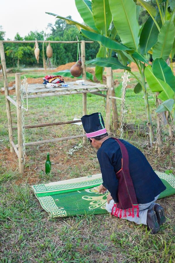 Hanoi, Vietname - 15 de novembro de 2015: Os povos da minoria étnica executam a chuva tradicional que rezam o ceremonial na vila  imagens de stock
