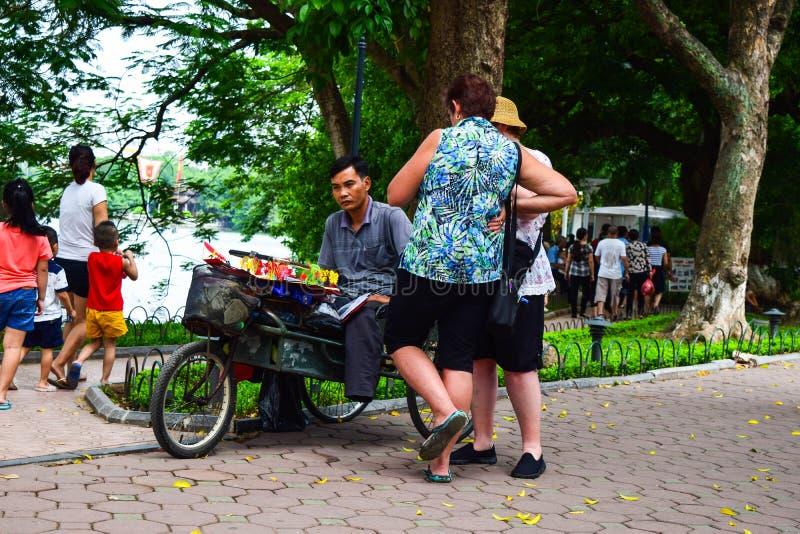 Hanoi Vietname 1º de setembro de 2015 um homem é moldado da coloração de farinha e de alimento de arroz para criar ofícios de um  foto de stock